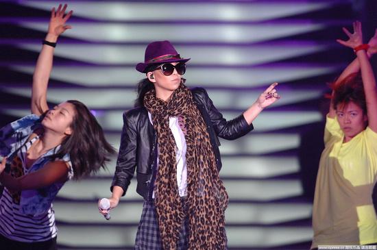 图文:2010音乐盛典彩排-张惠妹黑超彩排