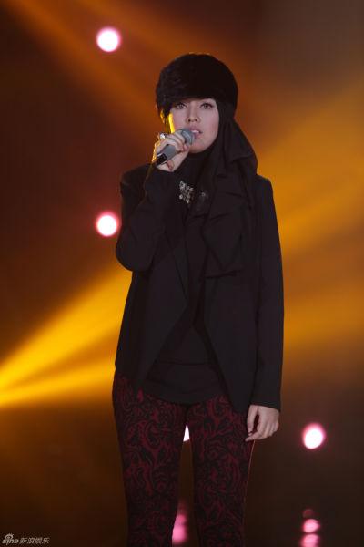 茜拉在《我是歌手》舞台上深情演绎王力宏经典曲目《forever love》