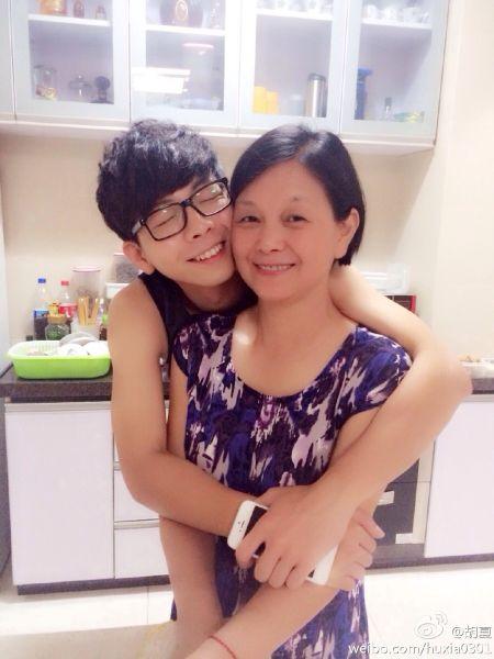 胡夏抱着妈妈撒娇