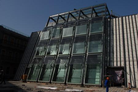 看看几个月前水幕墙的真面目,外层玻璃上有太阳能电池板