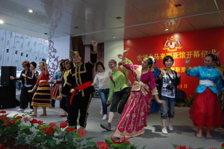 马来西亚风格的舞蹈,外国游客似乎比较放得开