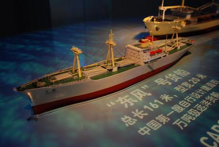 """上海世博会中国船舶馆内的 """"东风""""号模型"""