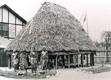 """1893年芝加哥世博会,来自太平洋中途岛的""""土著村""""展区"""