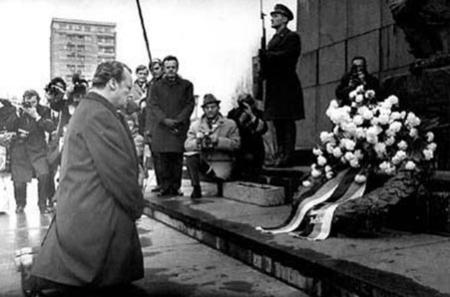 """勃兰特此跪,被誉为""""欧洲一千年来最强烈的谢罪表现"""