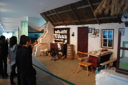 100年前的爱尔兰农舍,客厅陈设基本能反映主人家的生活水平。