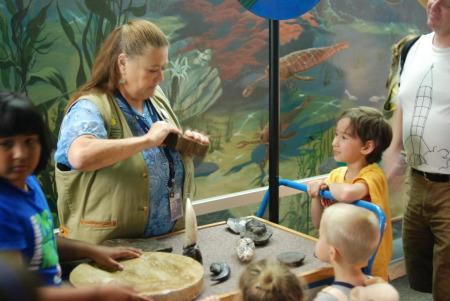 斯密逊尼自然历史博物馆,科学家志愿者常年为小观众开设辅导讲座。