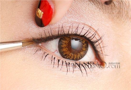 """""""基本款""""眼线画法速学     运用晕开内眼线的技巧创造柔和的可爱眼神!"""