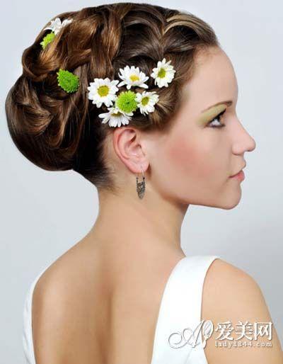 像这样的盘发发型结合编发简单缠绕,可以用复古的花朵造型钻石发饰做