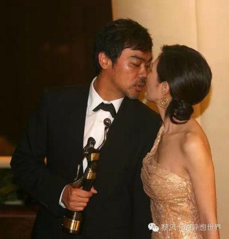 2007年,在金像奖颁奖礼后台向太太献吻。