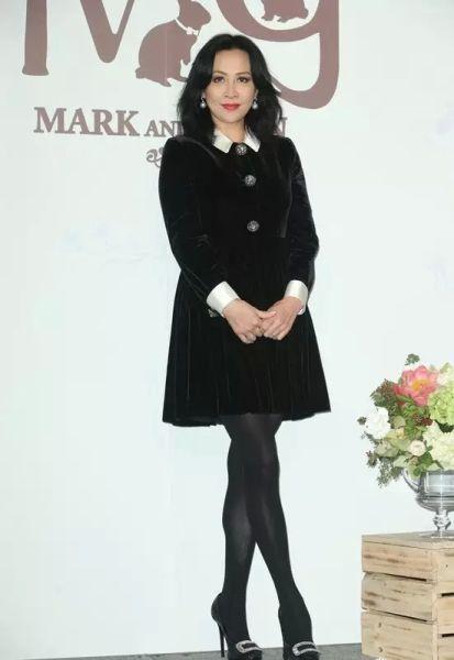 ▲ 刘嘉玲一身黑色小洋裙,年轻又得体。