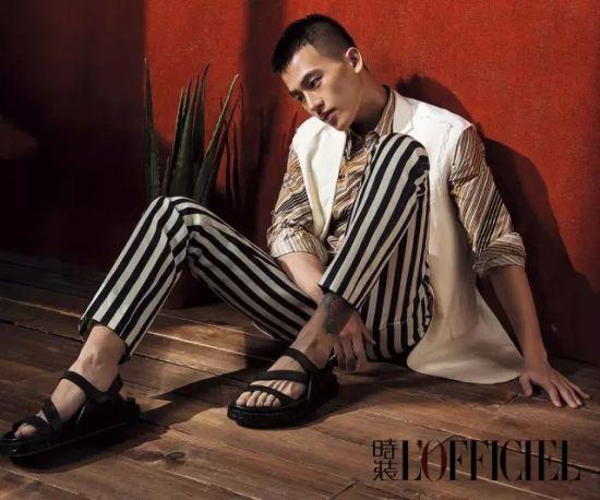 棕色条纹衬衫 Prada 白色无袖西装Lanvin 条纹长裤 Gucci 棕色凉鞋 Fendi