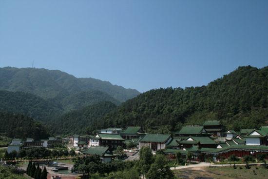 寺院导航 > 正文    六祖寺位于广东省四会市贞山风景旅游区内.