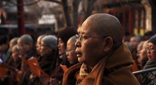 五台山尼众佛学院院长、普寿寺住持如瑞法师领众在五方文殊殿前集体诵《文殊经》