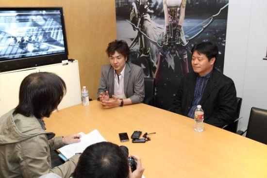 北�|佳范(右)与鸟山求(左)于E3展中接受巴哈姆特GNN与青文电玩通周刊专访