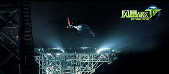 《风暴战区》电影截图:军用直升机降落