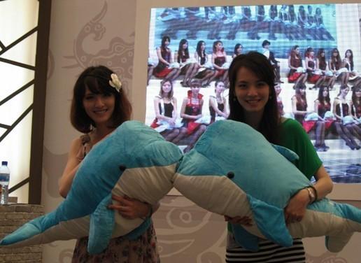 首先要介绍的便是此次活动的主角――双胞胎美女与企鹅