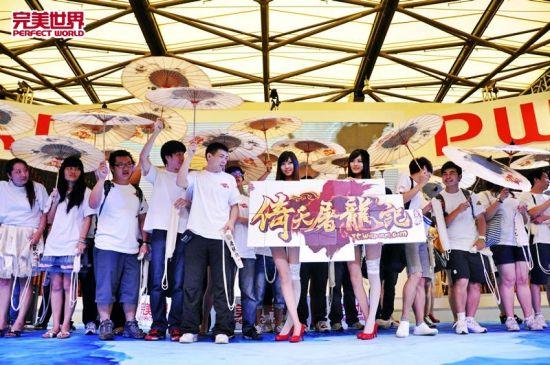 签约的工会成员高举《倚天屠龙记》油纸伞