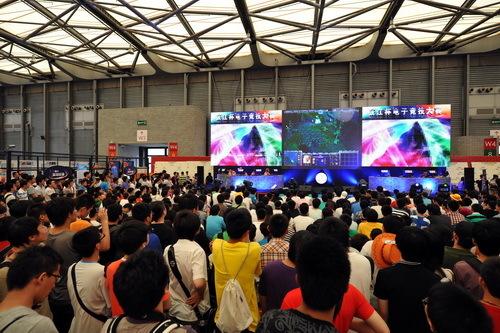 电子竞技舞台前面人满为患