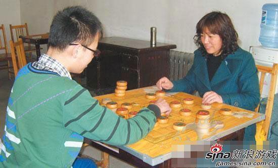 李老师与儿子下象棋交流