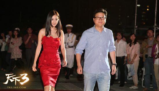 网易CEO丁磊与《天下3》代言人杨幂共同走红毯进入发布会现场