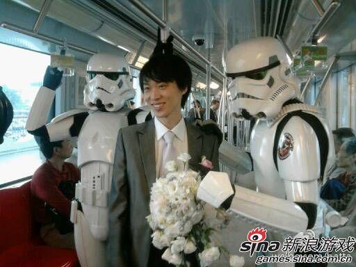 军团跟随新郎在前往迎娶新娘的地铁上