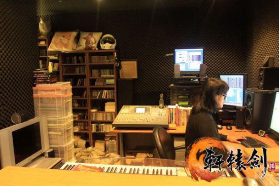 毛兽在专属工作室为轩6创作音乐