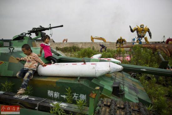 男子在上海郊区打造山寨变形金刚军团
