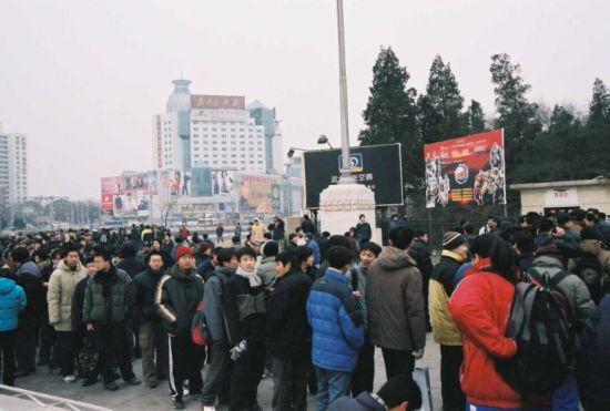 热情的游戏爱好者在零下十几度的寒风中排队等候入场