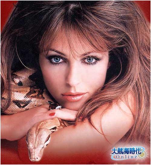 喷血美女 她居然与蟒蛇接吻?