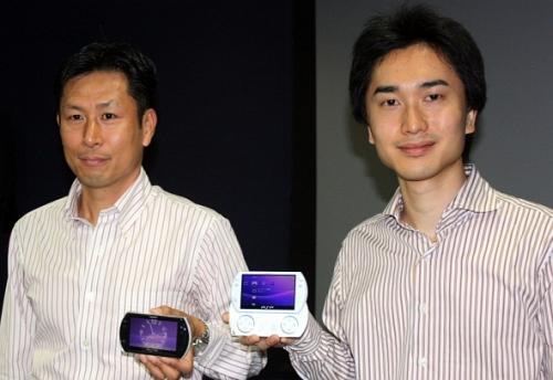 产品规划部部长松井直哉(左)及同部门负责PSP go设计的柳��和大(右)