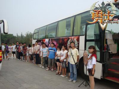 爱心巴士在郑州北大学城整装待发-美女送你回家 勇士OL 巴士进行时图片 48516 400x300