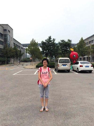 母亲陈小玲在天津师范大学校园里为女儿吴昕怡拍的照片。死者家属供图