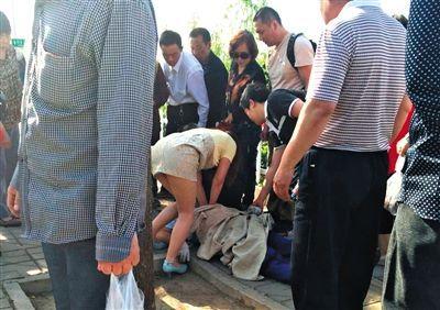 昨日上午,941快车行驶至靛厂锦园路段时,司机杨勇突发疾病,乘客在为他做心脏按压抢救。