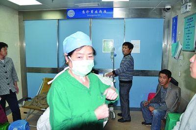 小李正在重症病房里救治。