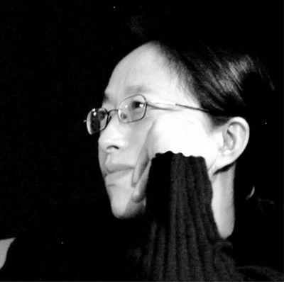 """王小妮,1955年生于吉林省长春市,著名诗人。除诗歌外,还创作小说、散文、随笔等。曾获美国安高诗歌奖,《小说选刊》小说奖,《星星诗刊》、《诗选刊》、《诗歌月刊》联合颁发的""""中国2002年度诗歌奖""""等。现为海南大学人文传播学院教授。《1966年》为其最新短篇小说集,以冷静、节制的笔触,书写特殊年代普通人的日常生活。"""