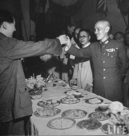 1945年9月3日,重庆胜利日欢庆晚宴上,蒋介石向中共领导人毛泽东敬酒。