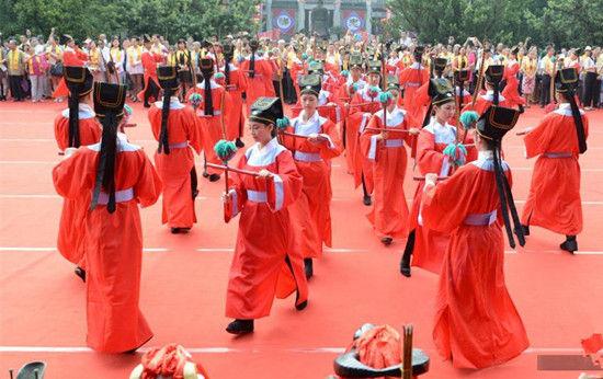 """9月26日,""""2014纪念孔子诞辰2565周年""""祭孔大典在江苏苏州千年府学文庙内举行。图为身穿汉服的表演者演绎""""六佾舞""""向孔子献上表达敬意。"""