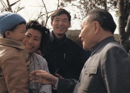 邓小平参观虎丘时与群众亲切见面