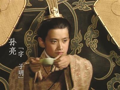 电视剧《三国演义》中,剧中人物使用耳杯.资料图片