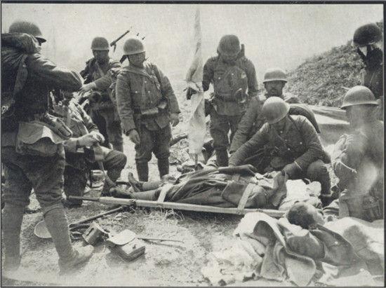 """1932年3月1日,侵华日军第9师团步兵第6旅团步兵第7联队联队长林大八大佐,在""""一二八""""事变的战斗里被中国军队击毙后,尸体给抬上担架的场景。"""