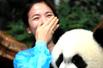 宋慧乔抱熊猫流泪(组图)