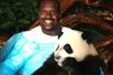 实拍奥尼尔与大熊猫亲密接触(组图)