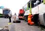 上海大巴车追尾后冲下高速路致多人死伤