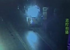 监控拍下司机开铲车铲平大门开走被扣货车