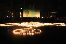 蜡烛围成一个巨大的中国结