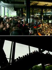 会场的二楼和三楼的过道也站满学生