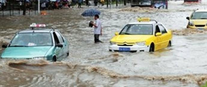 76处严重渍水致武汉三镇拥堵