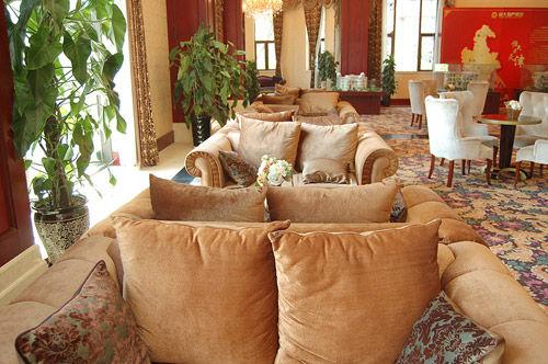 欧式风格布艺座椅搭配小圆桌