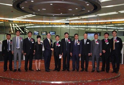 航标控股主礼嘉宾和香港联交所代表于交易大厅合影