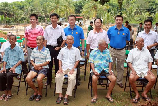 海航地产领导、政府领导与敬老院部分老人合影